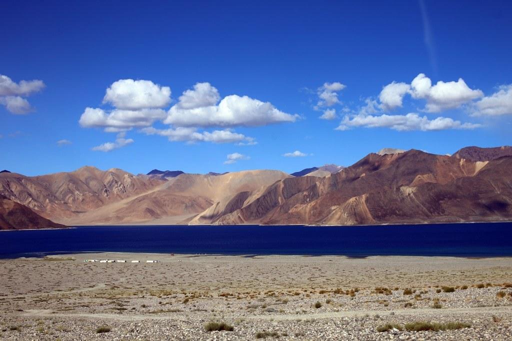 a_mountain_lake_shore_and_a_cloudy_sky
