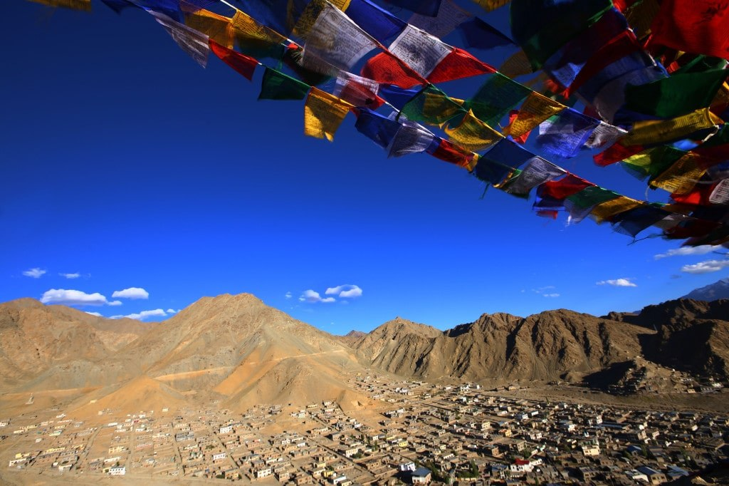 buddism_colourful_flags_at_the_top_of_a_himalayan_mountain