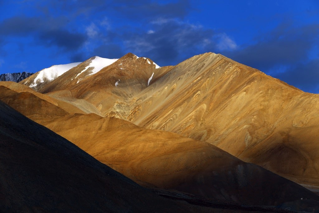 clouds_shadowes_over_a_mountain_peaks