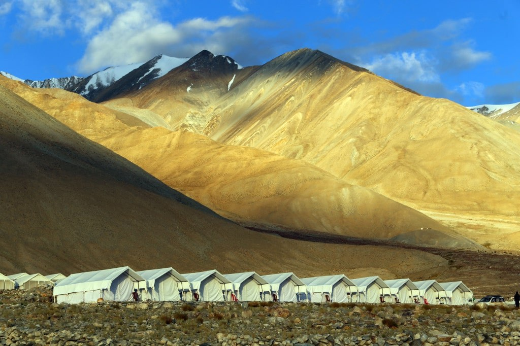 field_of_tents_in_a_high_part_of_the_himalayas