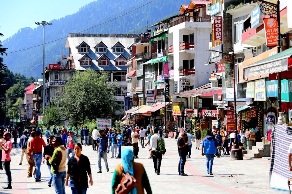 a_crowded_street_in_an_indian_city_manali