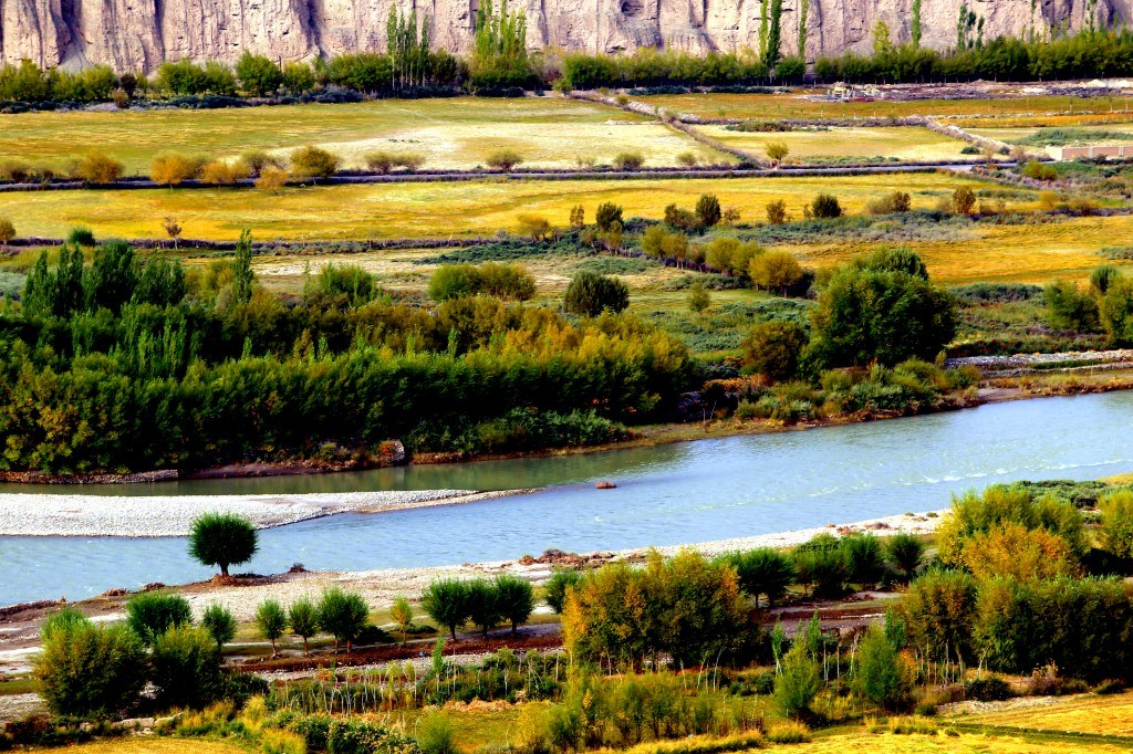 a_wide_himalayana_river_surrounded_by_green_valleys