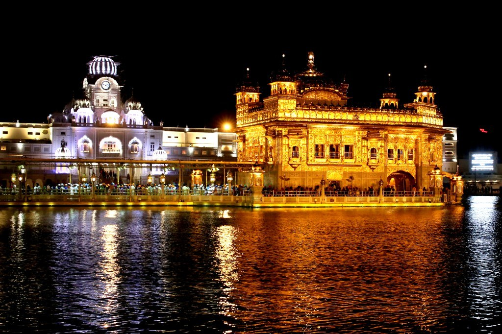an_amazing_golden_temple_in_amritsar_in_night_lights