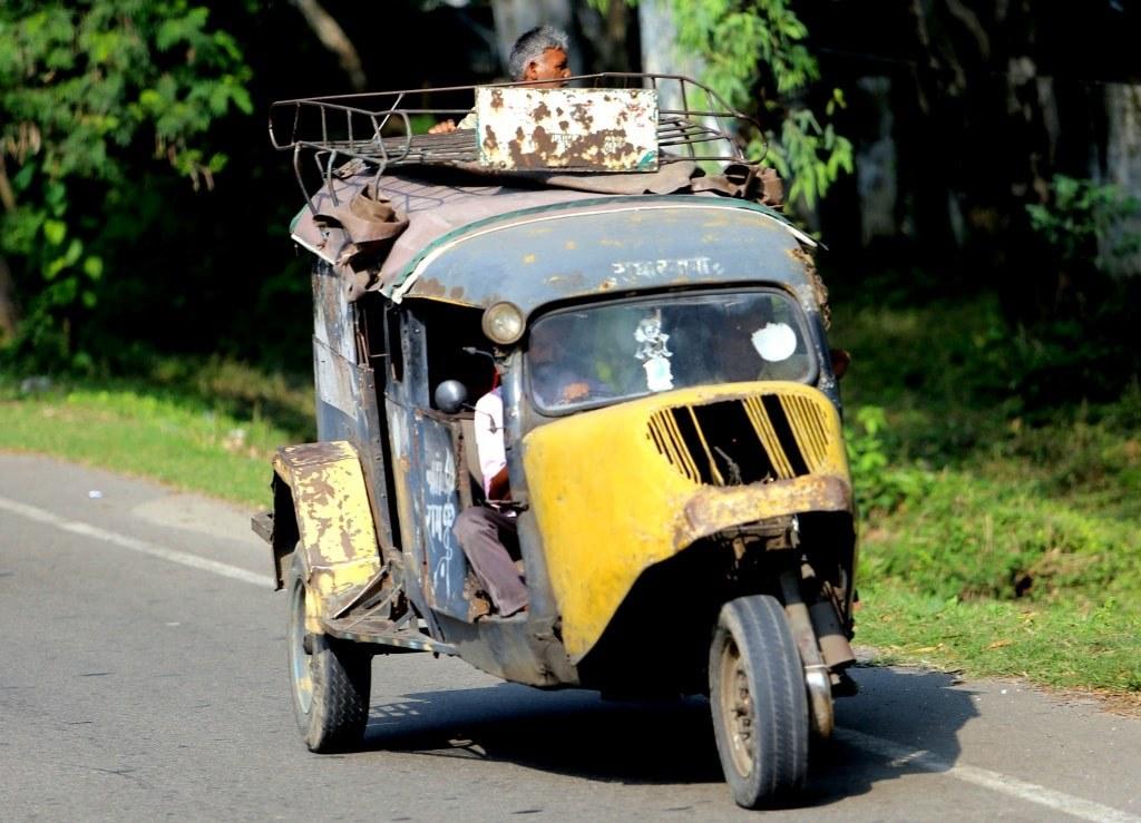 black_and_yellow_riksha_on_indian_road
