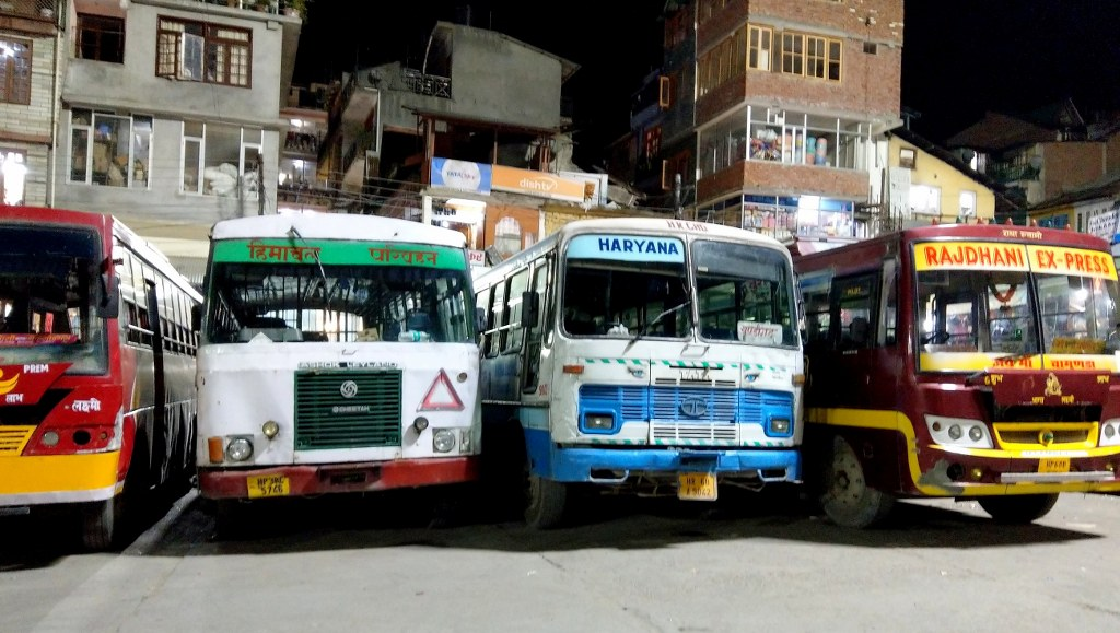 colorful_buses_in_manali_in_india
