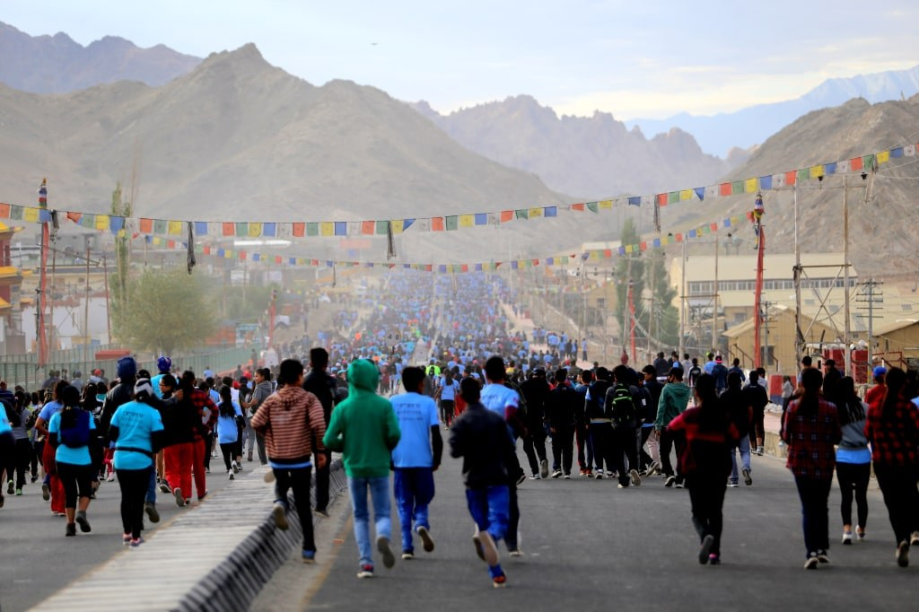 crownd_of_people_in_whitr_and_blue_t-shirts_taking_part_in_a_mountain_marathon