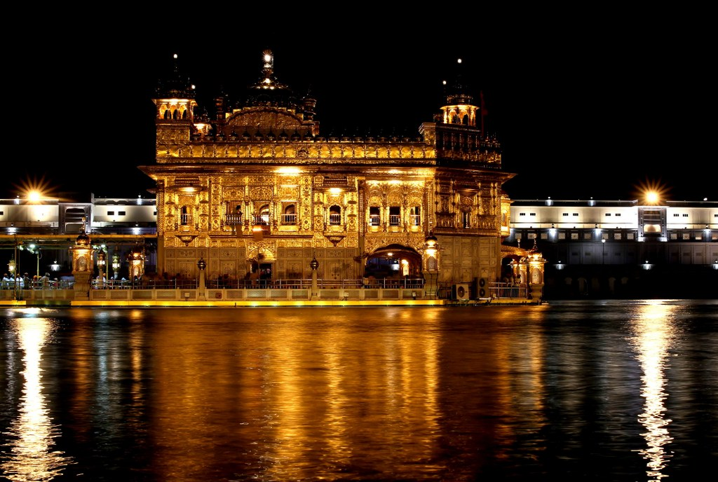 golden_temple_in_amritsar_at_night_with_reflexes_in_water_surface