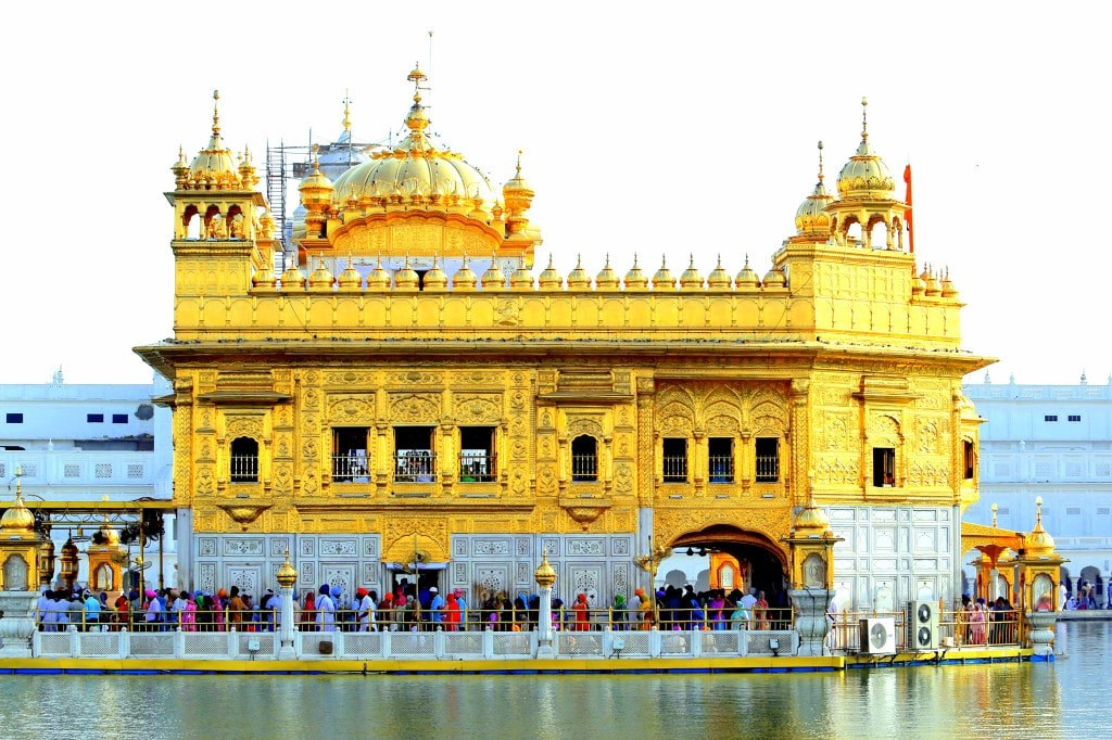 golden_temple_surrounded_by_colorful_dressed_queing_people