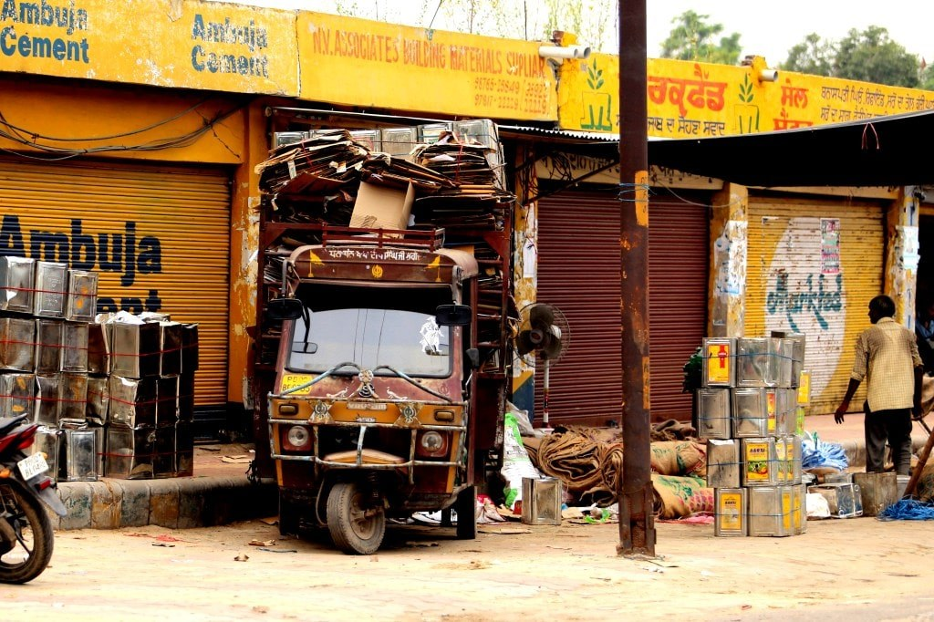 heavy_packed_riksha_on_amritsar_outskirts