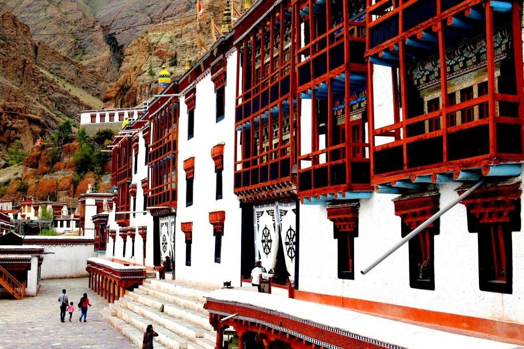 himalayan_buddhist_monks_monastery