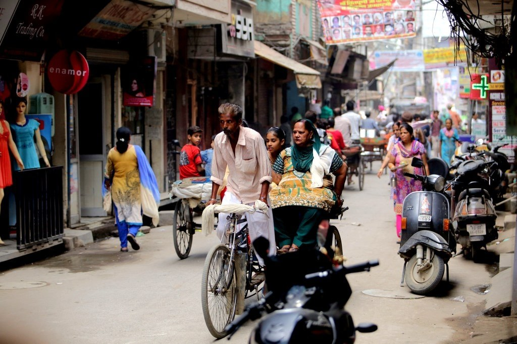 indian_narrow_street_full_of_colorful_people