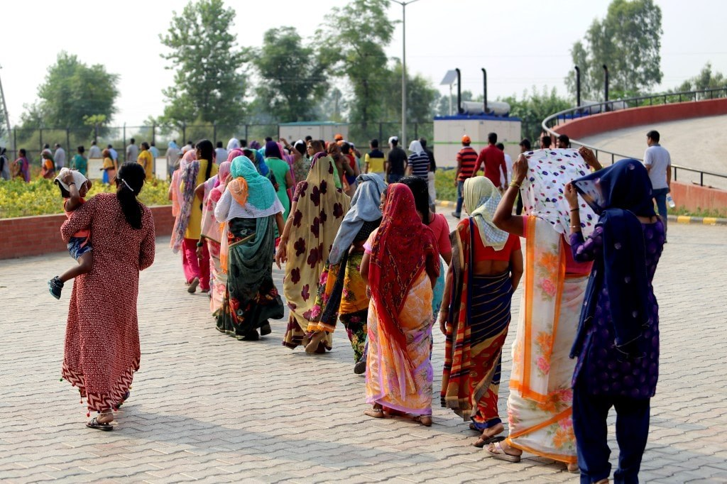 indian_women_in_colorful_saris_queing