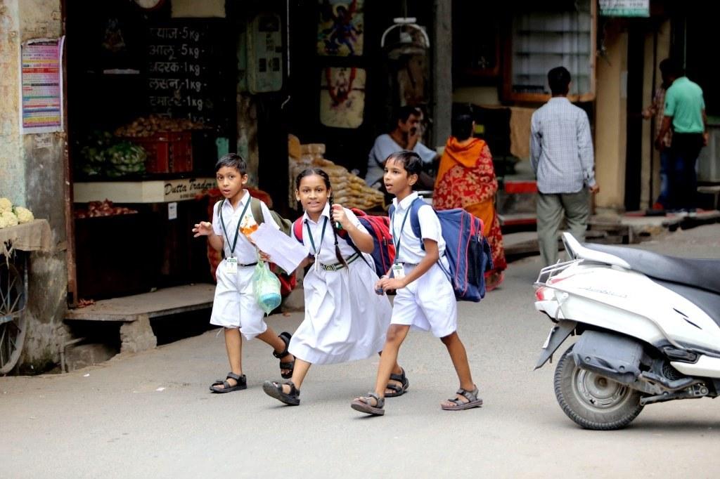kids_in_school_uniforms_in_indian_streets