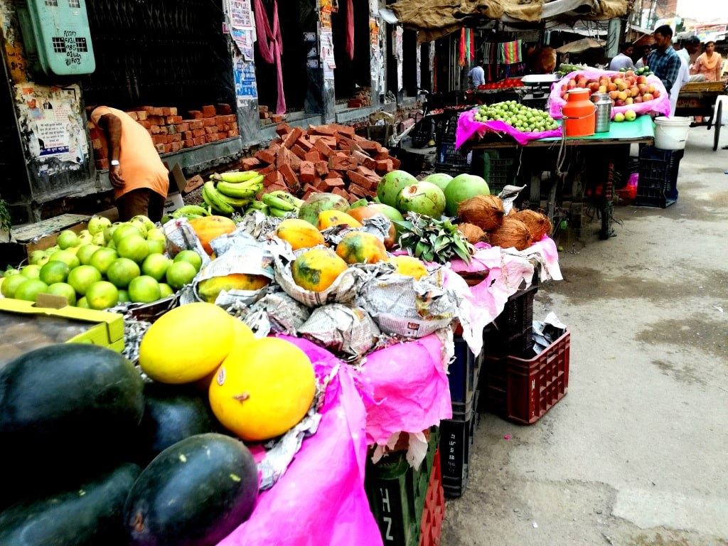 stalls_full_of_fresh_and_colorful_fruit_and_vegetable