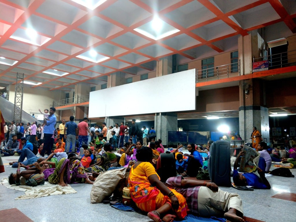 hundreds_of_indian_people_sitting_on_a_ground_on_a_colorful_blankets