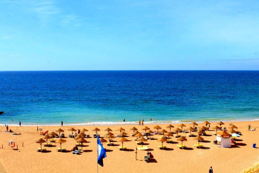 sunbeds_covering_portuguese_coast