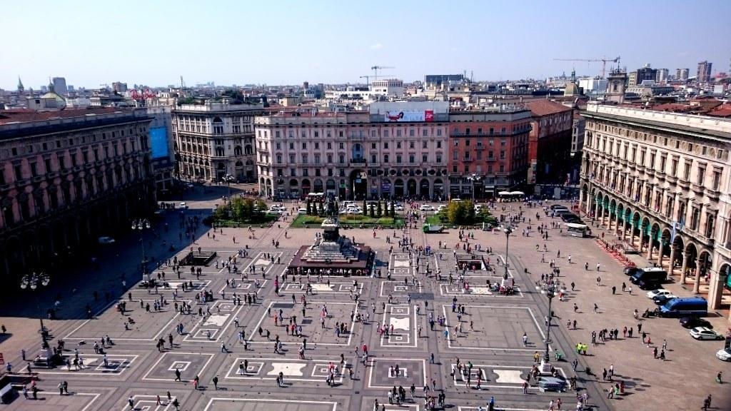 the_main_square_in_milano_full_of_doves