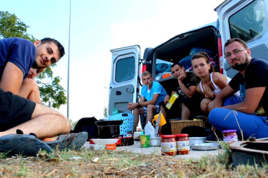 young_people_eating_breakfast_on_a_ground