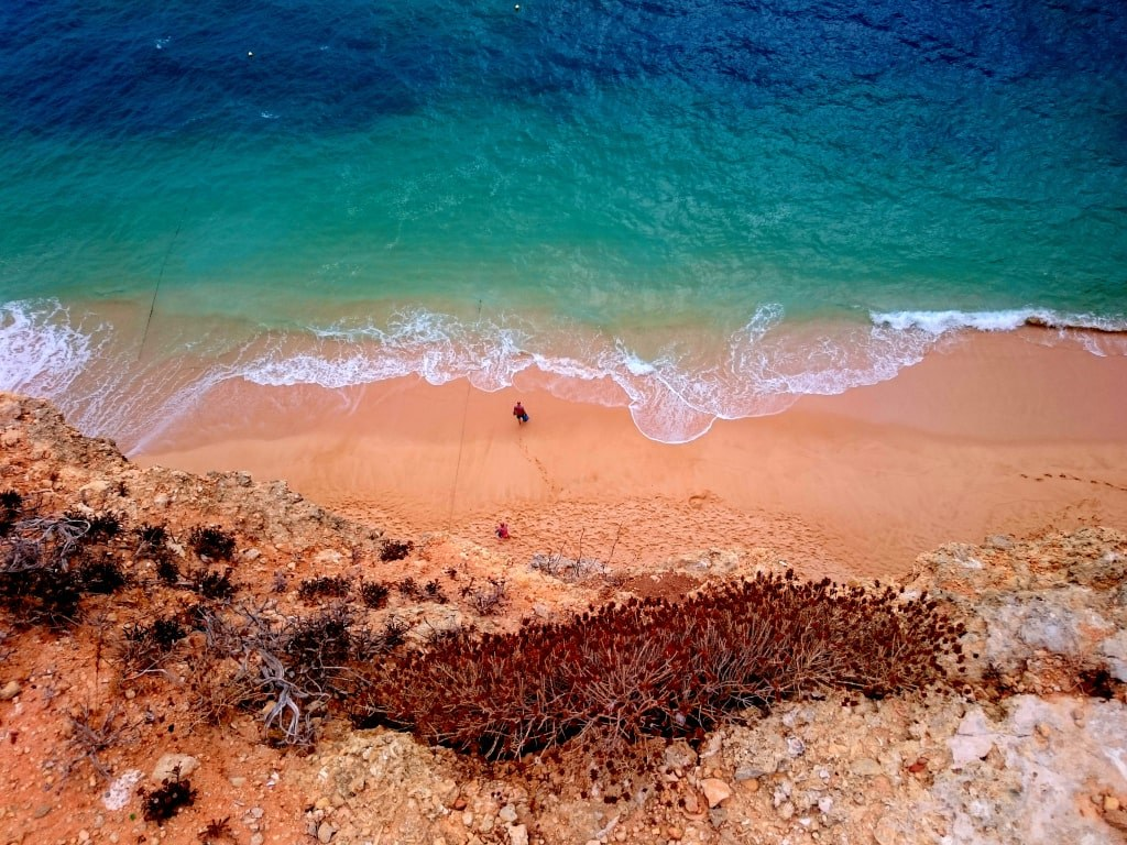 red_sand_and_blue_water_in_algarve_in_portugal
