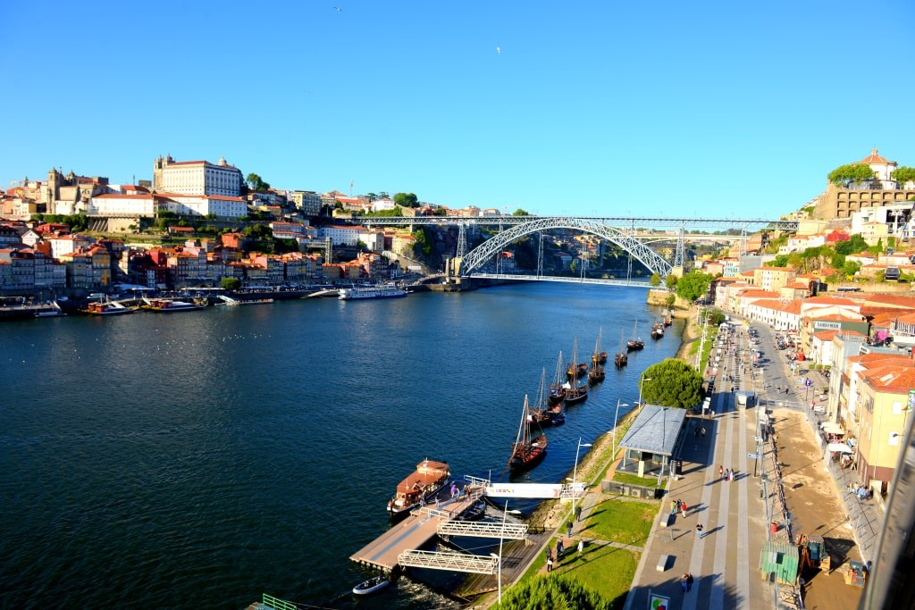 river_in_porto_with_many_boats_carrying_wine_barrels