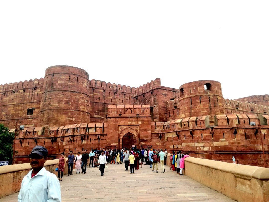 loads_of_turists_in_front_of_agras_red_fort