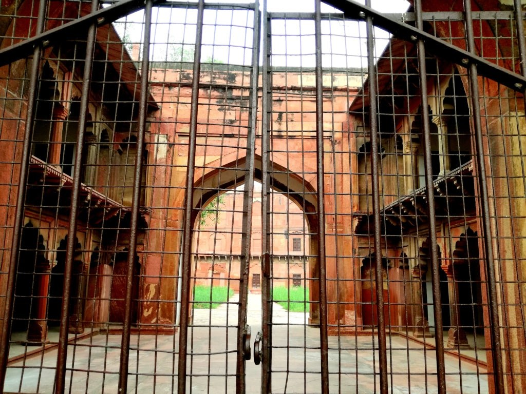 red_fort_in_agra_viewed_bahind_closed_gate