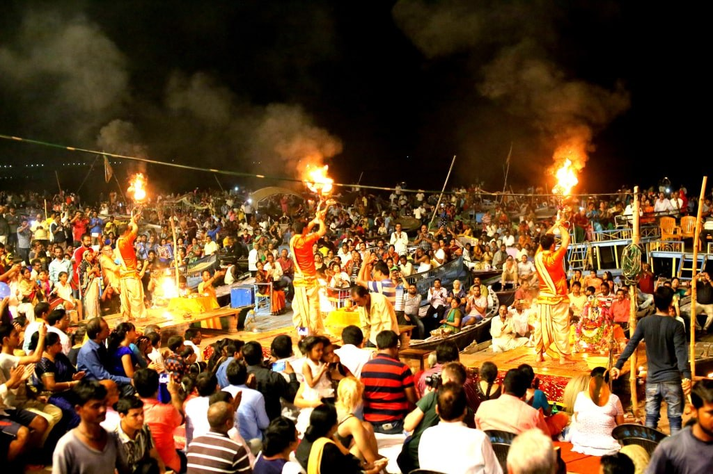 hundreds_of_inidna_people_celebrating_a_ceremony_in_honour_of_the_godess_of_light