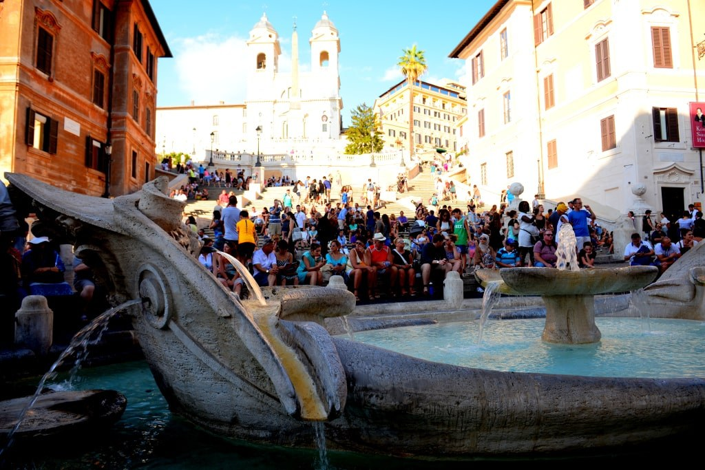 hundreds_of_tourists_sitting_around_a_fountain_in_rome