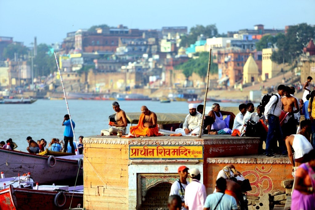 indian_people_praying_in_the_morning_in_a_river_bank_in_varanasi