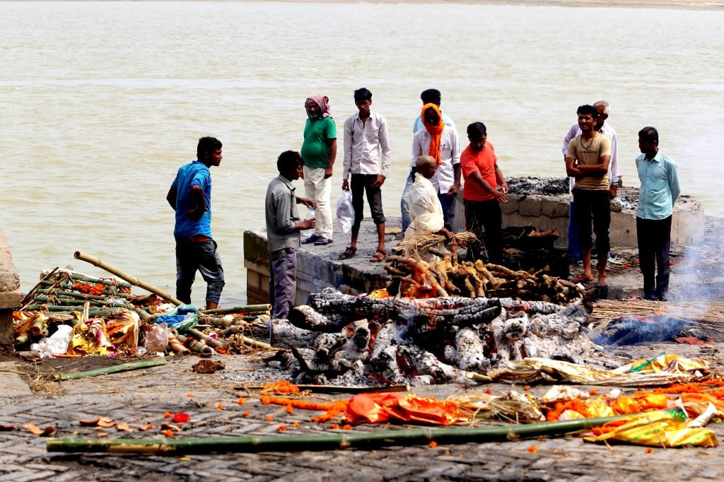 indian_style_funeral_on_a_river_bank_in_varanasi