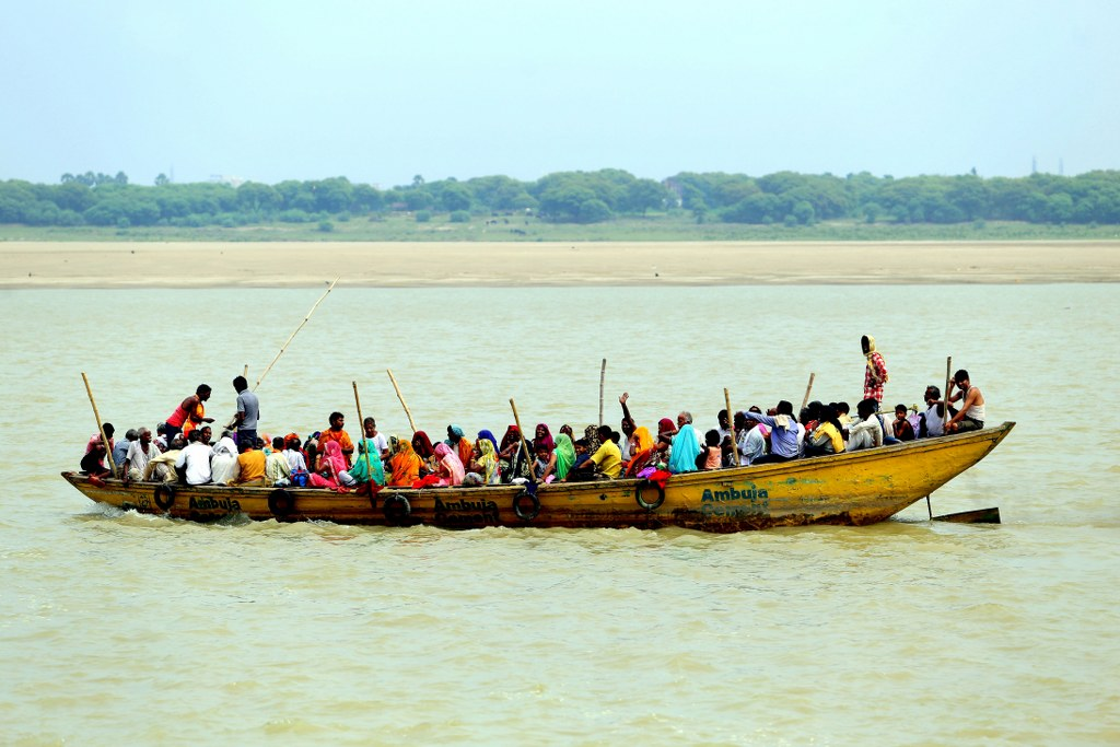 large_boat_with_dozens_of_hindus_sailing_on_ganges