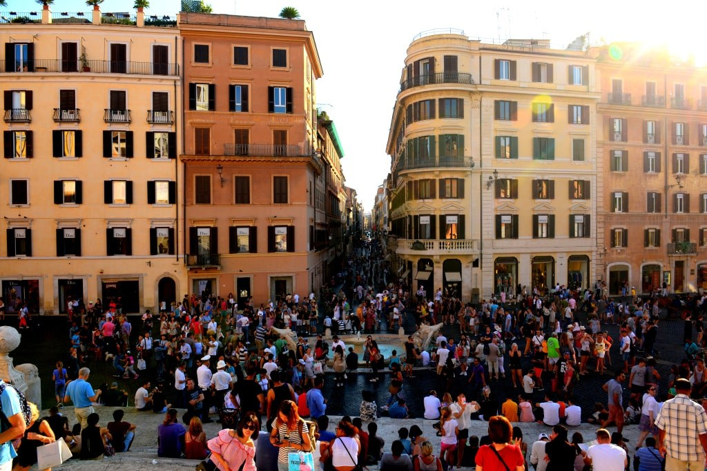 narrow_rome_streets_filled_with_hundreds_of_tourists