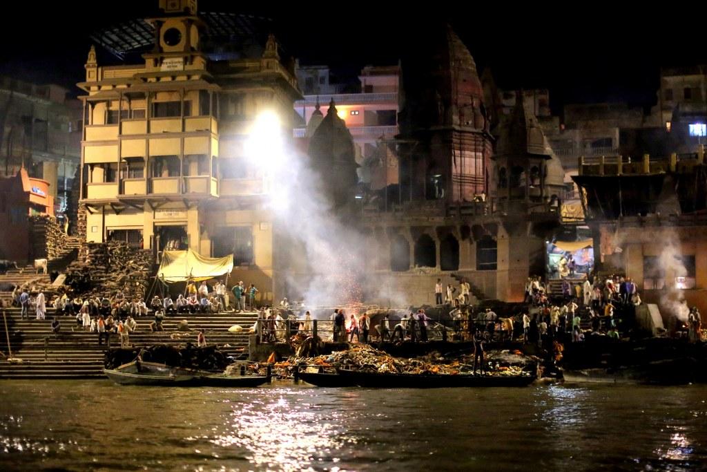 night_funeral_in_manikarnika_ghats_in_varanasi
