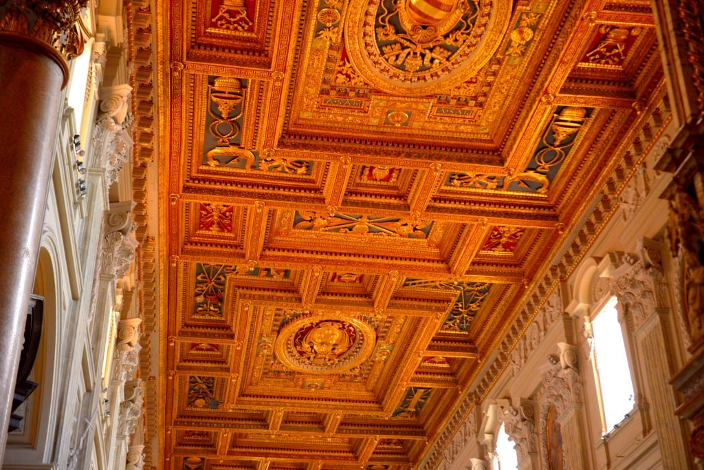 richly_decorated_ceilling_of_a_vatican_museum