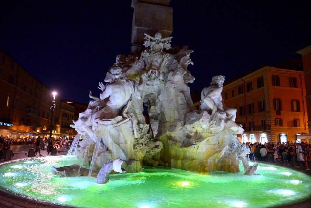 rome_fountain_in_the_light_of_a_night