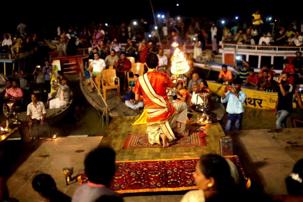 spiritual_rituals_on_the_river_bank_in_varanasi
