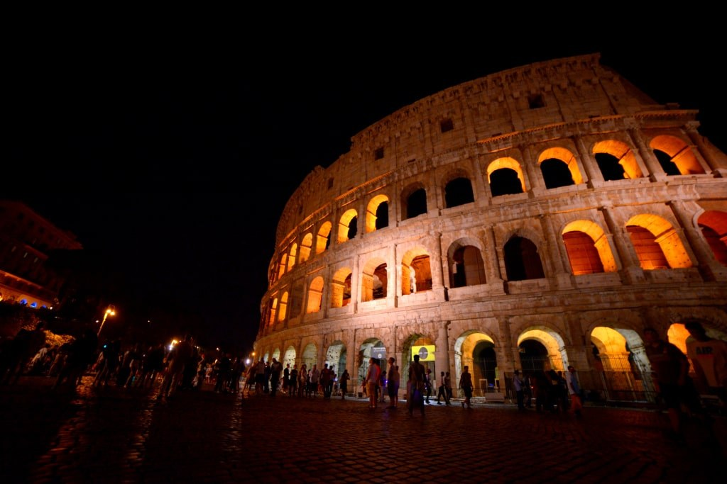 the_coloseum_in_the_light_of_a_night