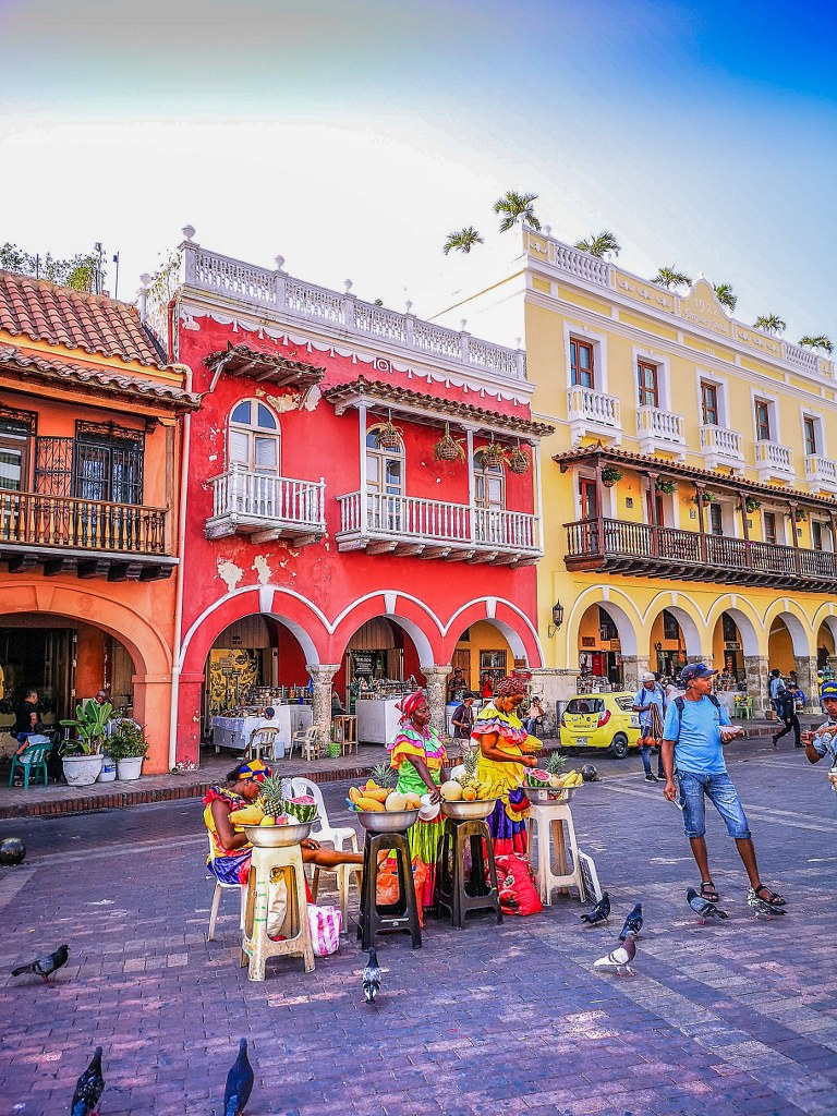 traditionally_dressed_women_in_a_main_square_in_cartagena_de_indias_in_colombia