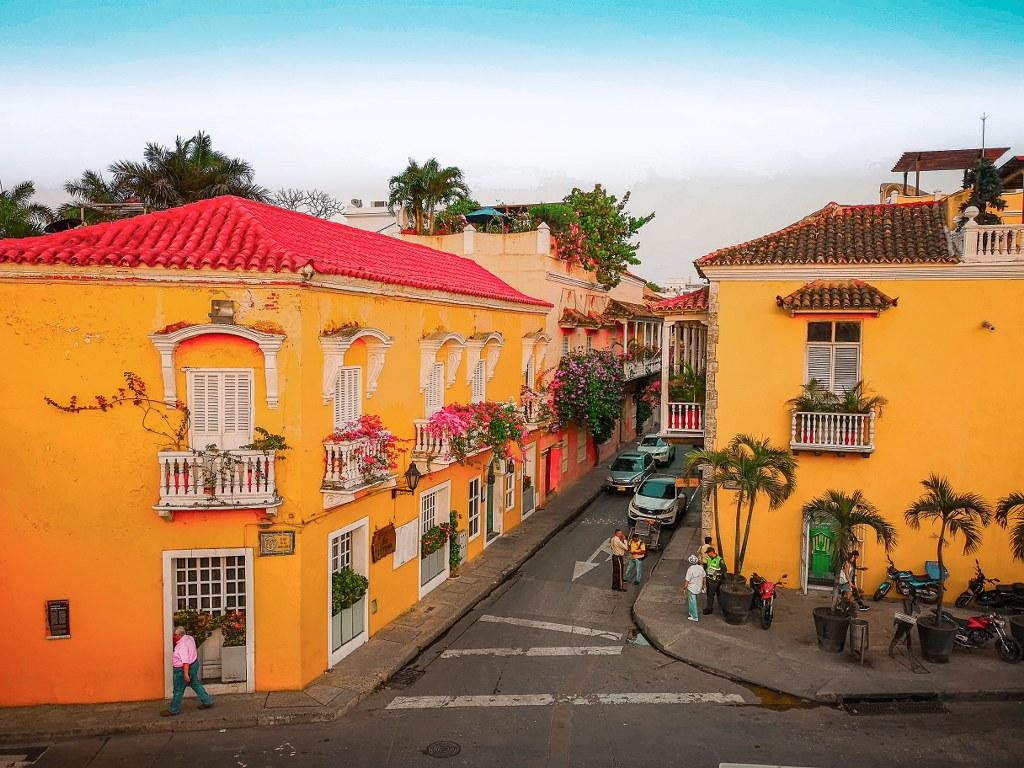 yellow_buldings_in_one_of_cartagena_de_indias_streets