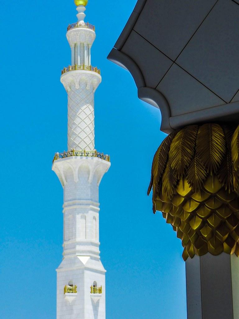 a_high_wjite_coulmn_in_the_mosque_in_abu_dhabi