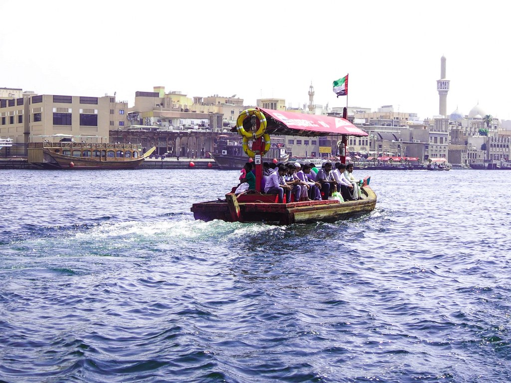 abra_an_old_styled_boat_in_dubai