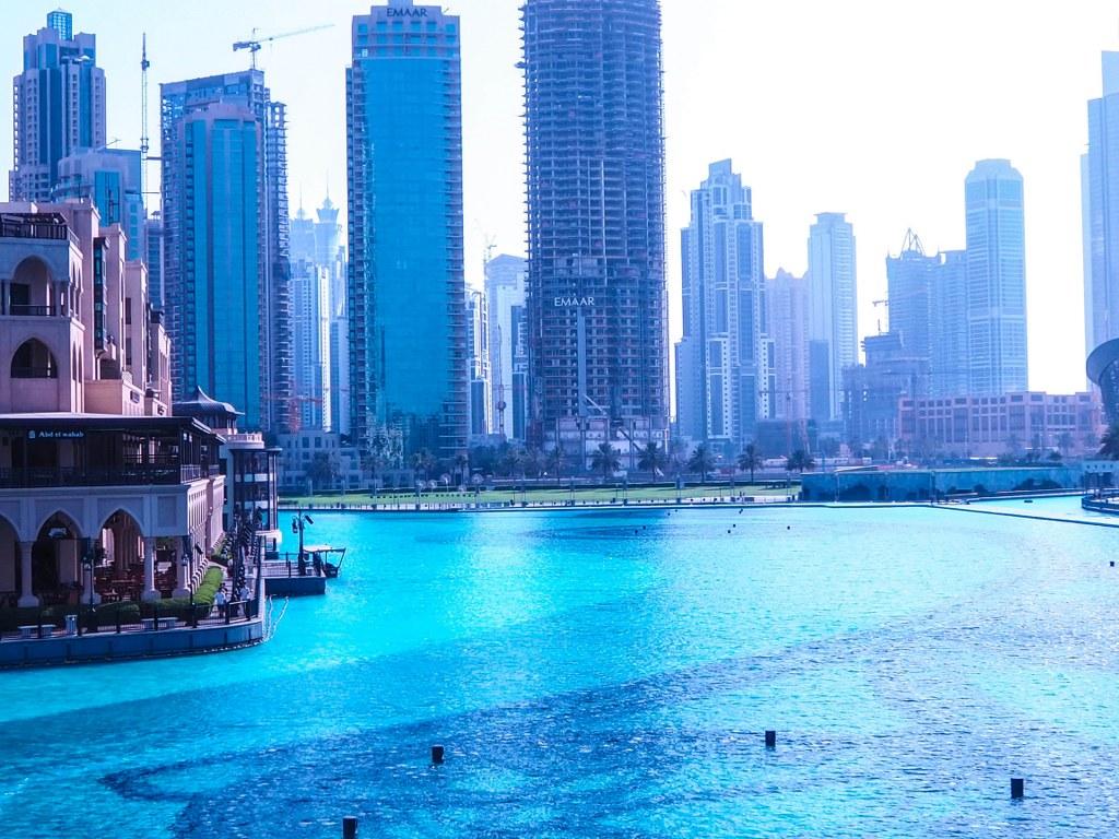 amazing_blue_water_surrounding_the_burj_khalifa