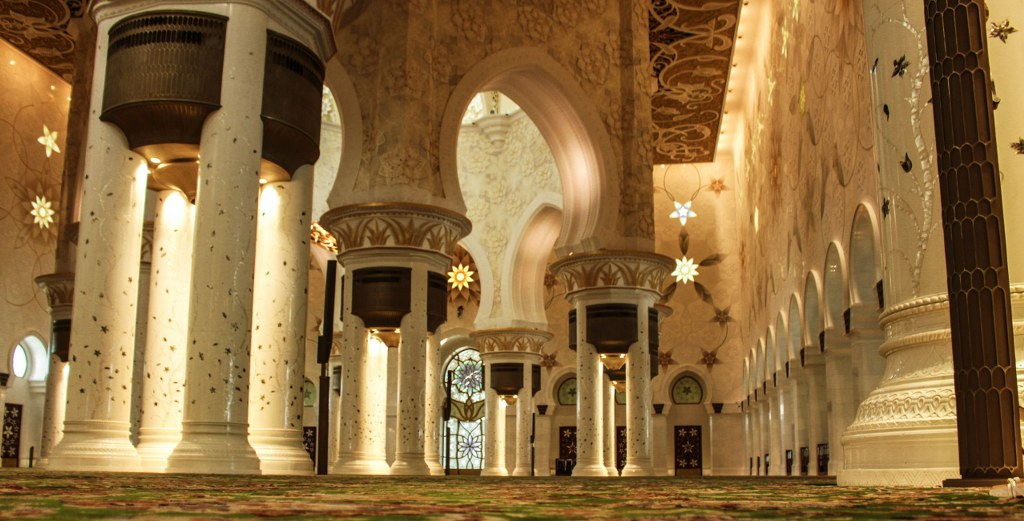 amazing_golde_and_very_rich_inside_of_the_mosque_in_abu_dhabi