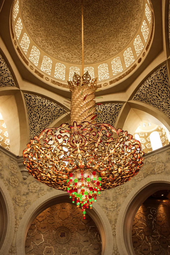 golden_decorated_inside_of_the_mosque_in_abu_dhabi