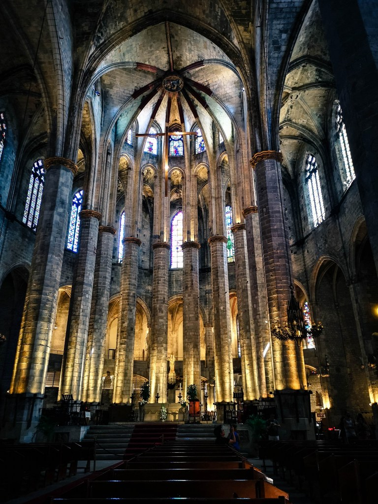 inside_of_ona_of_old_churches_in_barcelona