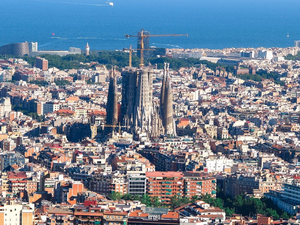 panorama_of_barcelona_with_sagrada_familia_in_the_middle