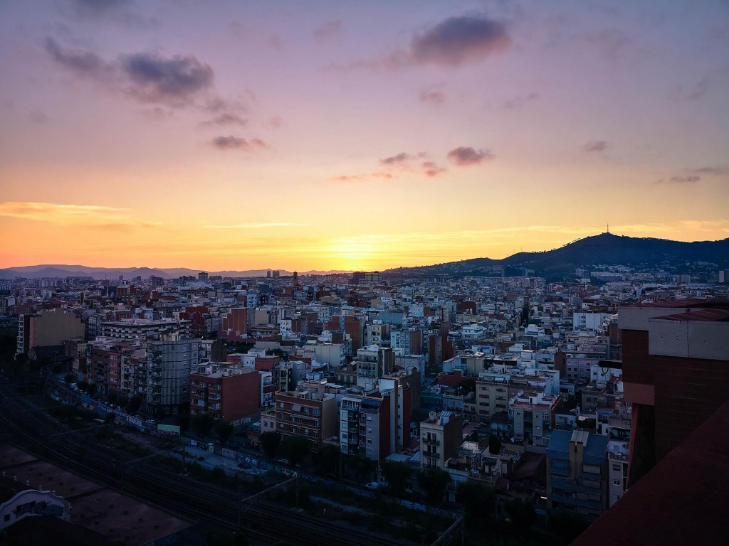 panoramic_view_of_barcelona_in_the_light_of_sunset