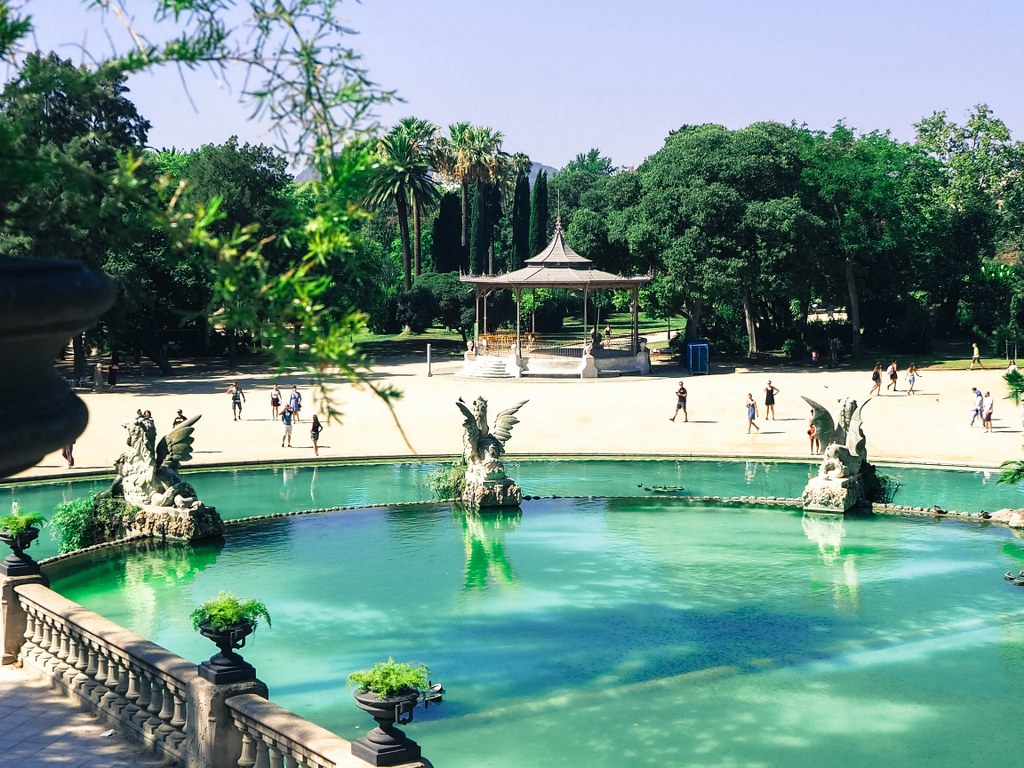 perfect_colour_of_water_in_one_of_parks_in_barcelona