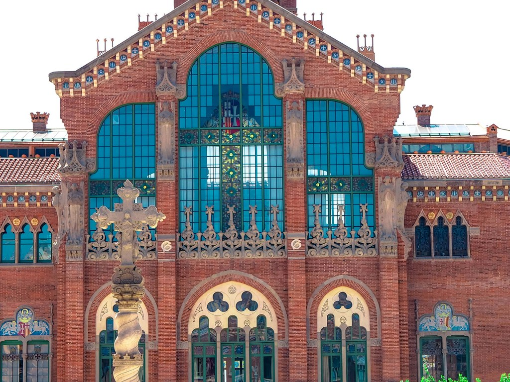 richly_decorated_building_of_an_old_hospital_in_barcelona