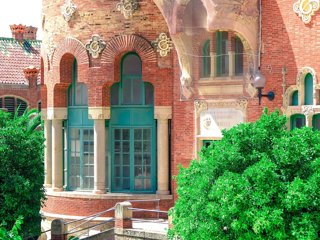richly_decorated_red_bricked_building_in_barcelona